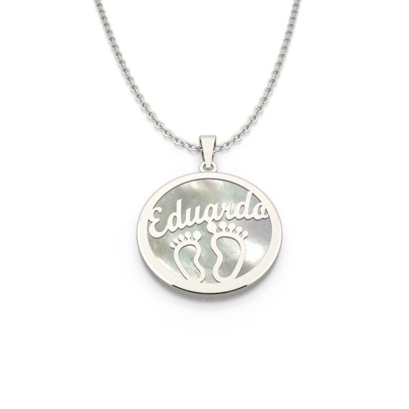 Collar de plata con nombre y piececitos.