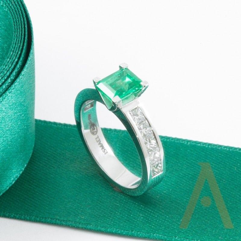 Anillo de oro blanco, esmeralda y diamantes.