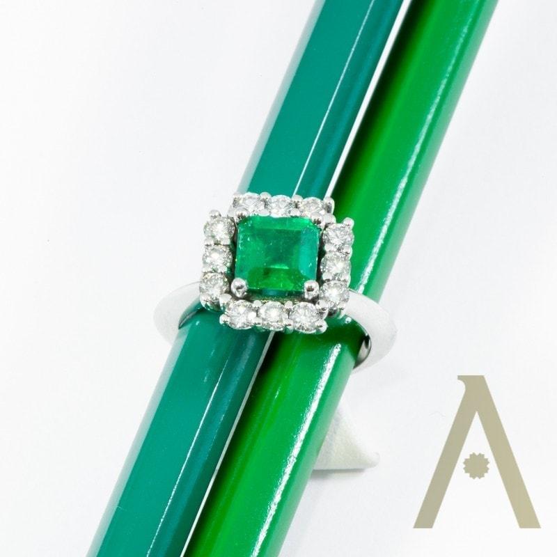 Sortija de Oro Blanco, Esmeralda y Diamantes.