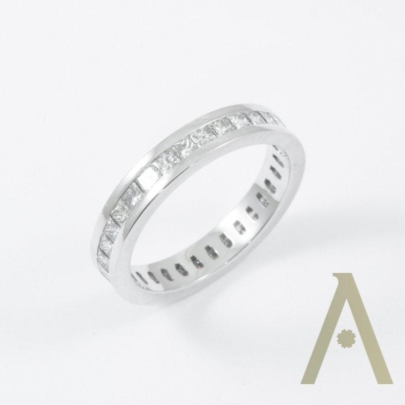 Sortija de Oro Blanco con Diamantes.